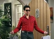 Hilárias fotos de Alan no episódio 10x22 de Two and a Half Men